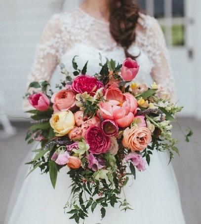 букет невесты 2019, цвет пантоне 2019, коралловый свадебный букет, невеста 2019, свадебная мода 2019, коралловые пионы