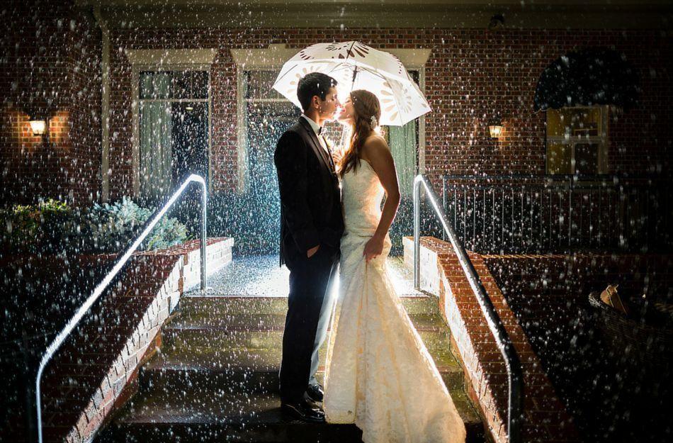 дождь на свадьбу, жених и невеста с зонтом, фотосессия под дождём ночью, молодожёны,
