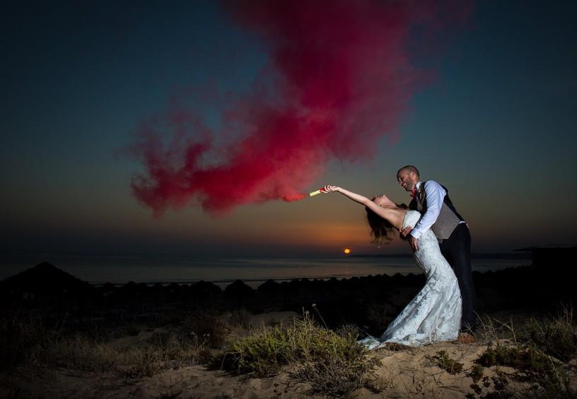 свадьба, цветной дым для фотосессии, дымовые шашки на свадьбе, цветные дымовые шашки, свадебная фотосессия на закате, свадебные фото, необычные фото со свадьбы