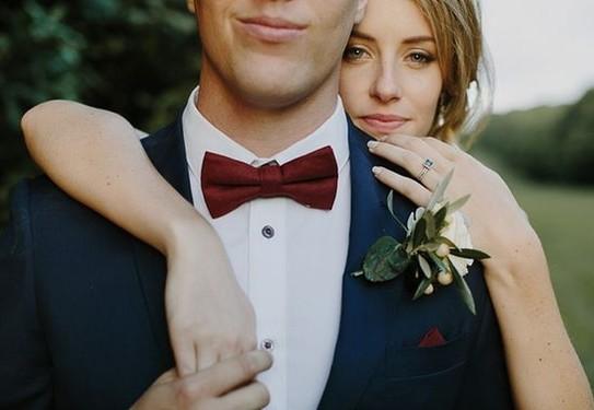 свадьба в бордовом цвете, костюм жениха