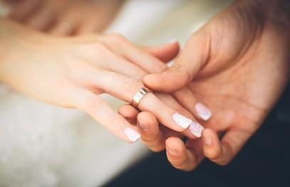 обручальное кольцо, жених одевает кольцо невесте