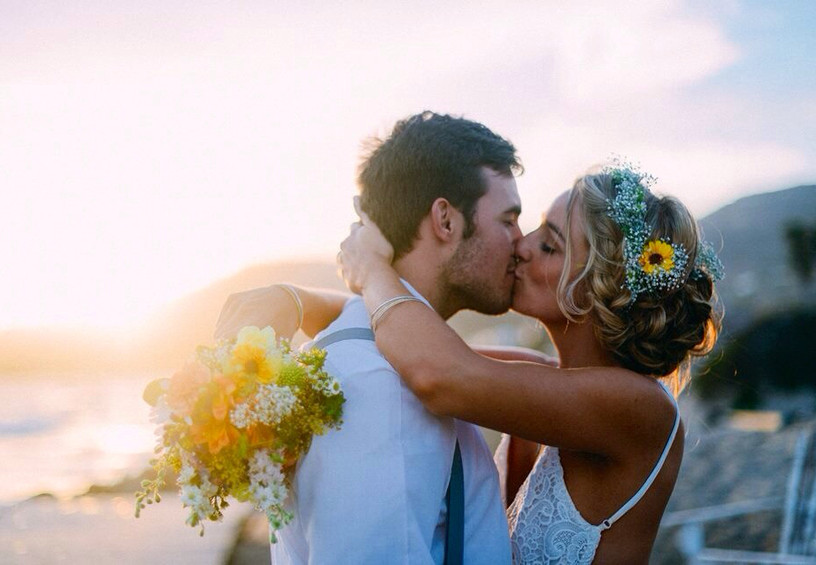 молодожёны, свадебное фото, свадьба летом, невеста с цветами в волосах, поцелуй молодожёнов