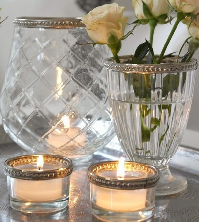 декор номера для молодожёнов, свечи, ваза с белыми розами