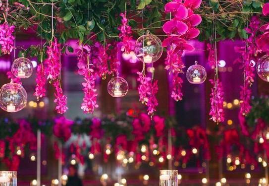 свадьба в цвете фуксия, декор свадебного праздника