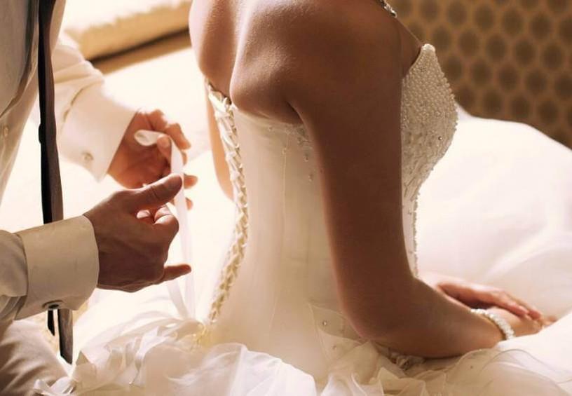 молодожёны, муж и жена, новобрачные, первая брачная ночь, жених раздевает невесту, свадебное платье