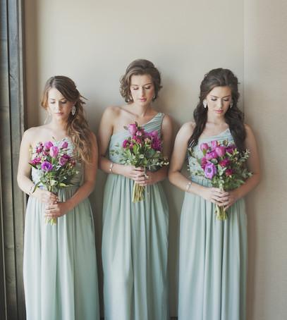 подружки невесты, голубые платья подружек невесты, свадебный день, букеты для подружек невесты