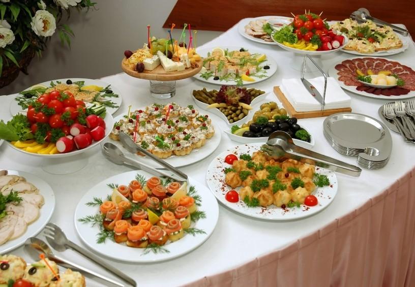 фуршет на свадьбу, свадебный стол, закуски, порционная еда
