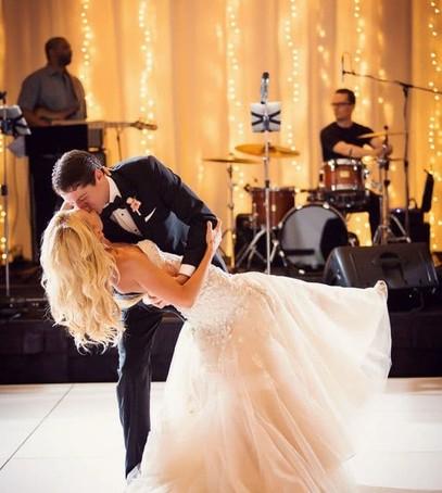 первый танец молодожёнов, свадебный танец, первый танец молодых, жених и невеста танцуют, свадьба, банкет, свадебное танго