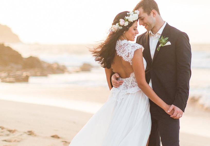 жених и невеста, свадьба, сважебное фото, свадебное платье, кружева, пляж, молодожёны