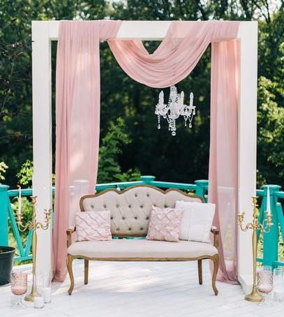 свадебная фотозона, люстра, ткани, диван, декор свадебный, розовый цвет