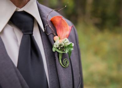 Бутоньерка, запонки и галстук: жених как с картинки!