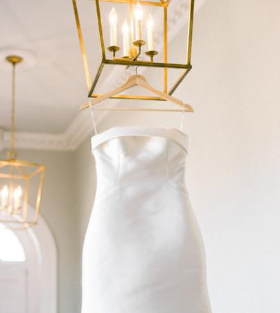 свадебное платье из атласа, платье невесты белое, вешалка, красивое свадебное фото, утро невесты, подготовка к свадьбе