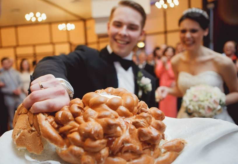 каравай и молодожёны, каравай на свадьбе, как кушать каравай, как ломают каравай, зачем каравай на свадьбе, свадебный каравай