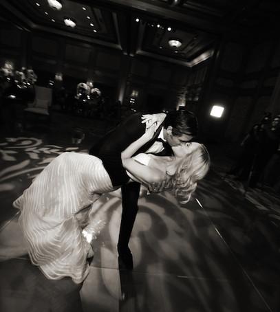 первый танец молодожёнов, свадебный танец, первый танец молодых, жених и невеста танцуют, свадьба, банкет, поцелуй жениха и невесты