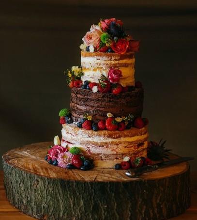 торт с ягодами, открытые коржи, многоярусный торт на свадьбу