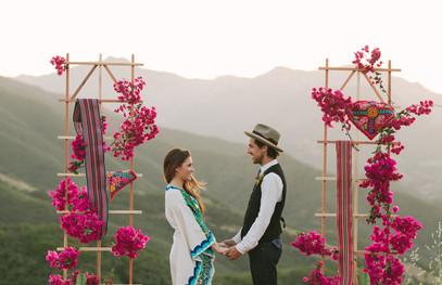 свадебный декор в цвете фуксия, молодожёны