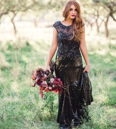чёрное свадебное платье, свадебный букет, невеста, невеста в чёрном платье