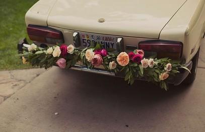 Идея украшения автомобиля к свадьбе