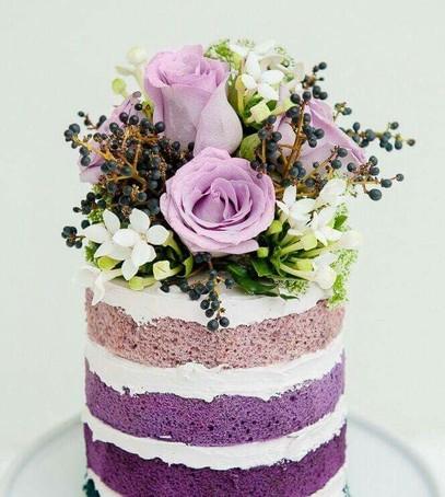 свадебный торт с цветными коржами, торт с цветами, живые цветы на торте, фиолетовый торт, лиловый торт