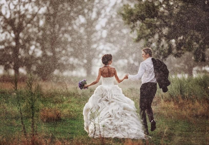 дождь на свадьбу, свадьба под дождём, жених и невеста, ливень