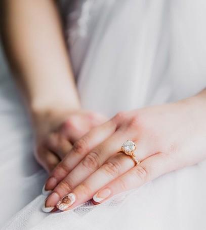 Красивое обручальное кольцо на руке