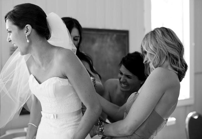 утро невесты, свадьба, невеста, подружки невесты помогают невесте с платьем, свадебное платье, сборы на свадьбу, чем занимаются подружки невесты