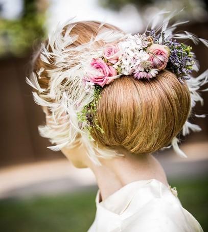свадебная причёска, причёска на длинные волосы, причёска на средние волосы, причёска с цветами и перьями, невеста, свадебный образ