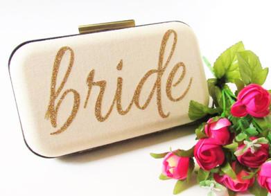Сумочка невесты: что взять с собой в день свадьбы, помимо хорошего настроения!