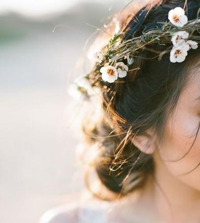 нежный венок из маленьких цветов, цветы в волосах