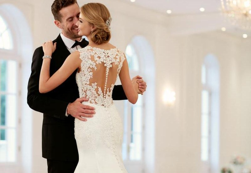 жених и невеста, танец, свадебное платье, вышивка на спине