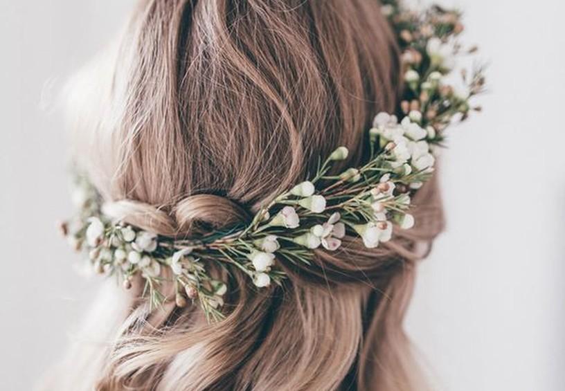 венок из полевых цветов, причёска с живыми цветами