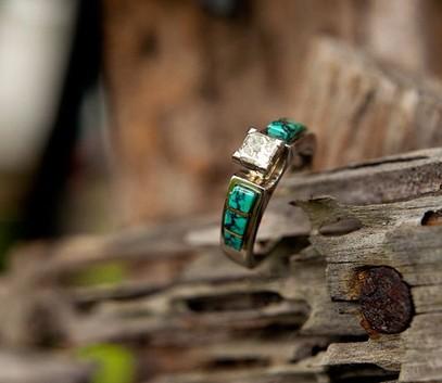 Необычное обручальное кольцо с бирюзой
