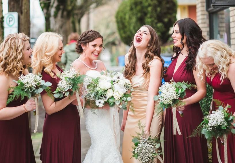 бордовые платья для подружек невесты, невеста, свадьба, подружки, лето, улыбки,