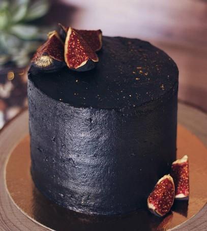 свадебный торт, чёрный торт свадебный, торт на свадьбу, 2018 торт, чёрный торт с инжиром
