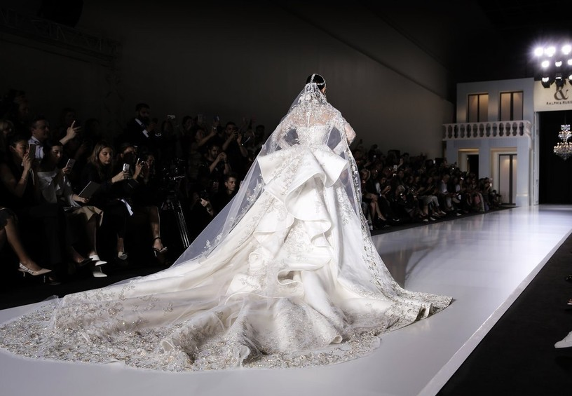 королевская фата, очень длинная фата, роскошное свадебное платье
