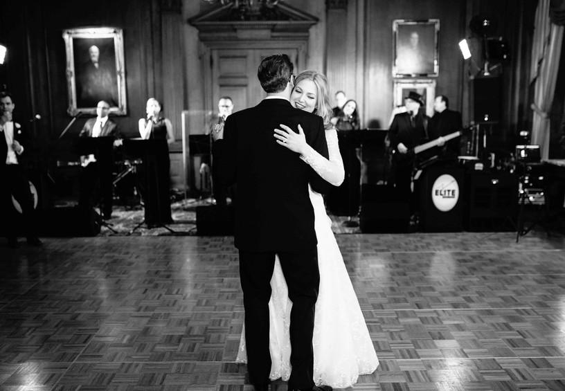 живая музыка на свадьбе, первый танец молодых, молодожёны танцуют, музыка