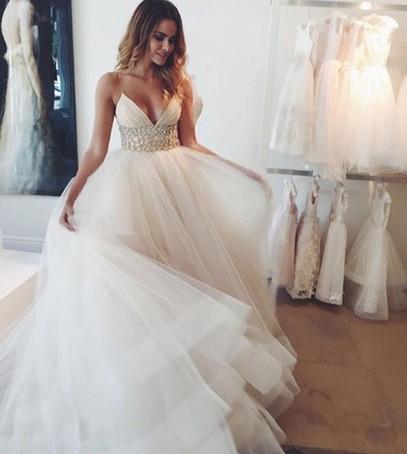 свадебные платья, салон свадебный, невеста примерка, фатин, декольте
