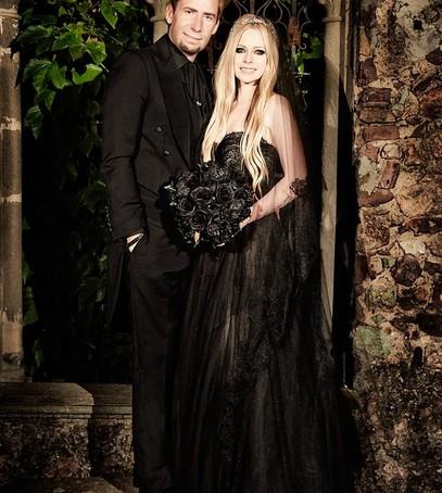 невеста аврил лавин, звёздная свадьба, необычное свадебное платье, невеста в чёрном платье