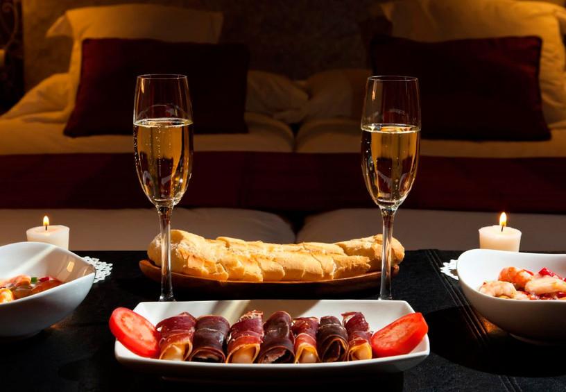 романтический ужин, номер в гостинице для влюбленных, шампанское и закуски