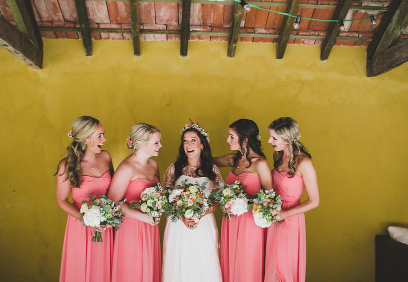подружки невесты, невеста, свадьба, забавное свадебное фото, букет невесты, букеты подружек невесты, розовые платья подружек невесты