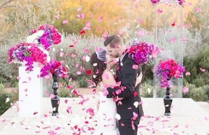 свадьба в цвете фуксия, молодожёны