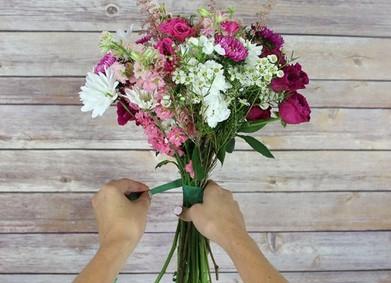 Букет невесты из полевых цветов: почему бы не своими руками?