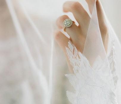 рука невесты, кольцо на пальце
