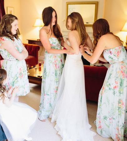 утро невесты, сборы невесты, свадьба, подружки невесты помогают одеться, чем занимаются подружки невесты на свадьбе, три подружки невесты
