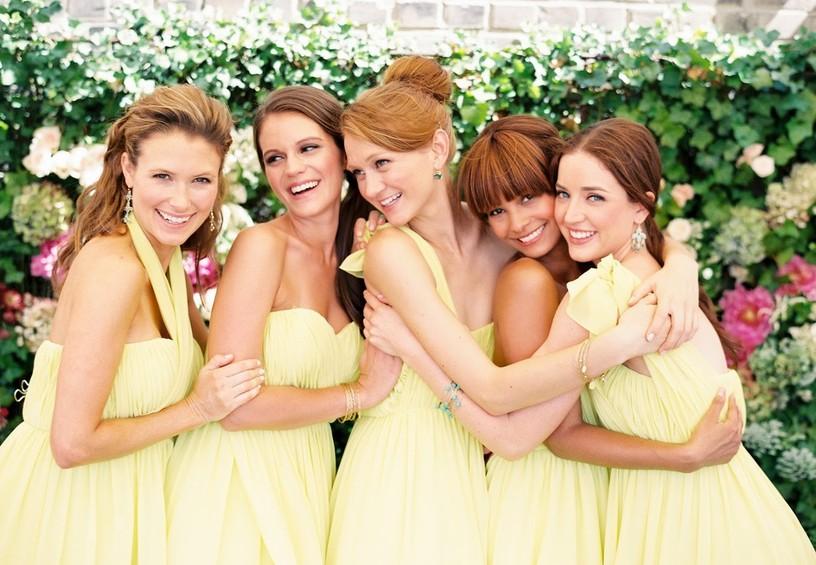 подружки невесты, жёлтые платья, лимонная свадьба, пять подружек невесты, чем занимаются подружки невесты, объятия подружек
