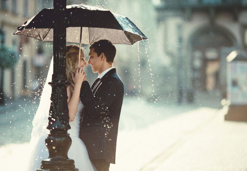 дождь на свадьбу, жених и невеста с зонтом, фотосессия под дождём, молодожёны