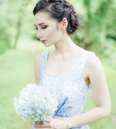 невеста с цветком, свадебный букет из одного цветка, флористика 2019, модный букет невесты