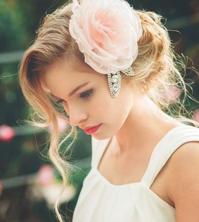 свадебная причёска, причёска с цветами из ткани, причёска на длинные и средние волосы, невеста, свадебный образ