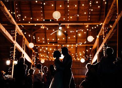 Гирлянды – волшебный инструмент в свадебном декоре