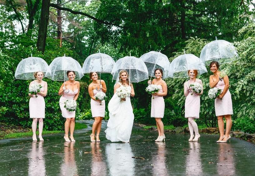 дождь на свадьбу, подружки невесты с зонтами, невеста с зонтом